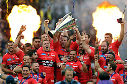 Toulon lift the European Rugby Champions Cup trophy in celebration - Photo mandatory by-line: Patrick Khachfe/JMP - Mobile: 07966 386802 02/05/2015 - SPORT - RUGBY UNION - London - Twickenham Stadium - ASM Clermont Auvergne v RC Toulon - European Rugby Champions Cup Final