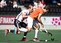 AMSTELVEEN  - Hockey -  1e wedstrijd halve finale Play Offs dames.  Amsterdam-Bloemendaal (5-5), Bl'daal wint na shoot outs.  Manu Stockbroekx (Bldaal) met Billy Bakker (A'dam).    COPYRIGHT KOEN SUYK