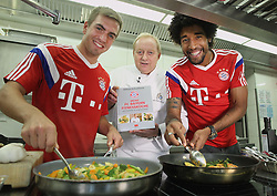 15.10.2014, Schuhbecks, München, GER, 1. FBL, Alfons Schuhbeck entuellt sein FC Bayern Kochbuch, im Bild Alfons Schuhbeck (M) mit den FC Bayern Spielern Philipp Lahm (L) und Dante // unveil a new FC Bayern Munich Cookbook at the Schuhbecks in München, Germany on 2014/10/15. EXPA Pictures © 2014, PhotoCredit: EXPA/ Eibner-Pressefoto/ FCB/Getty Pool<br /> <br /> *****ATTENTION - OUT of GER*****