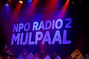 Caro Emerald krijgt de Radio 2 Mijlpaal tijdens een intiem optreden in TivoliVredenburg.
