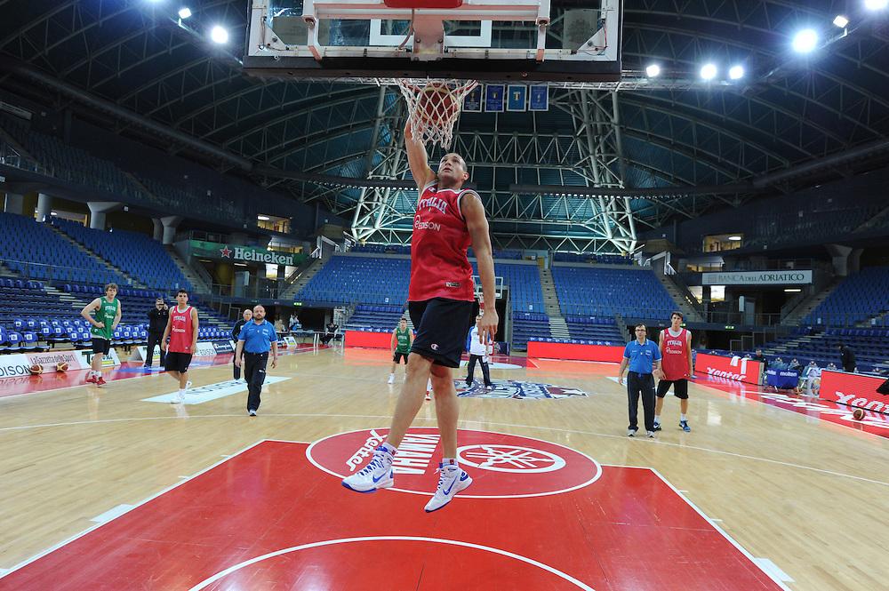 DESCRIZIONE : Pesaro allenamento All star game 2012 <br /> GIOCATORE : Marco Cusin<br /> CATEGORIA : schiacciata<br /> SQUADRA : Italia<br /> EVENTO : All star game 2012<br /> GARA : allenamento Italia<br /> DATA : 09/03/2012<br /> SPORT : Pallacanestro <br /> AUTORE : Agenzia Ciamillo-Castoria/GiulioCiamillo<br /> Galleria : Campionato di basket 2011-2012<br /> Fotonotizia : Pesaro Campionato di Basket 2011-12 allenamento All star game 2012<br /> Predefinita :