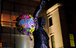 "05.12.2013, Johannesburg, ZAF, Nelson Mandela, der Gigant des Humanismus ist im Alter von 95 Jahren in seinem Haus an den Folgen einer Lungenentzuendung gestorben, im Bild A balloon written with ""Thank You"" is seen, front of the statue of Former South African president Nelson Mandela at the South African embassy, Washington, the United States of America, following Nelson Mandela's death // Nelson Mandela a giant of humanism died in his house in Johannesburg, South Africa on 2013/12/05. EXPA Pictures © 2013, PhotoCredit: EXPA/ Photoshot/ Fang Zhe<br /> <br /> *****ATTENTION - for AUT, SLO, CRO, SRB, BIH, MAZ only*****"
