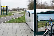 Nederland, Beek, 14-2-2020  Bij een bushalte aan de provinciale weg staan een aantal fietskluizen voor passagiers, gebruikers, van de bus. In het landelijk gebied fietsen veel reizigers van huis naar de halte richting nijmegen of millingen . Foto: Flip Franssen