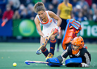AMSTERDAM - Hockey - Maria Verschoor (Neth) stuit op Maddie Hinch (GB)  tijdens shoot outs.   Interland tussen de vrouwen van Nederland en Groot-Brittannië, in de Rabo Super Serie 2016 .  COPYRIGHT KOEN SUYK