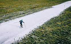 THEMENBILD - ein Langlaeufer auf einer Kunstschnee Langlauf Loipe in der grünen Landschaft, aufgenommen am 25. Dezember 2018 in Kaprun, Oesterreich // Cross-country skier on a artificial snow track in the green countryside, Kaprun, Austria on 2018/12/25. EXPA Pictures © 2018, PhotoCredit: EXPA/ JFK