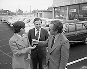 Tubberware Girls - New Cars 31/05/1976<br /> 05/31/1976<br /> 31st May 1976<br /> Pictured from left to right Michael Rowe, Managing Director Chrysler (Ireland) Limited, Louise Coleman, Tupperware Distributor and Hugh Crawford, Managing Director Crawford's Dun Laoghaire.