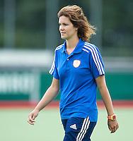 EINDHOVEN - Fysio Maaike Brugmans ,  zaterdag bij de oefenwedstrijd tussen het Nederlands team van Jong Oranje Dames en dat van de Vernigde Staten. Volgende week gaat het WK-21 in Duitsland van start. FOTO KOEN SUYK