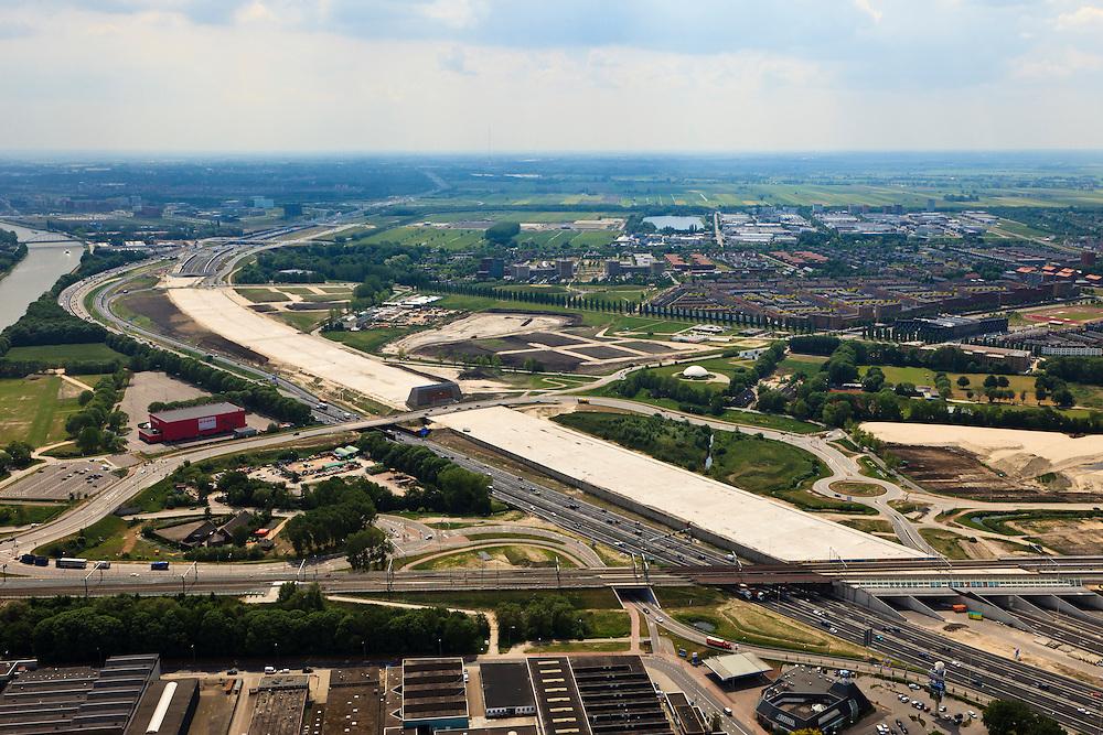 Nederland, Utrecht, Leidsche Rijn, 13-05-20011; .noordelijke ingang van de nieuwe landtunnel voor de A2. De tunnel ligt parallel aan de bestaande A2, het asfalt zal op termijn verdwijnen en op het dak van de tunnel zal een park komen. Rechts van de tunnel Leidsche Rijn met de wijken Langerak en Parkwijk. Links het Amsterdam-Rijnkanaal. .Northern entrance of the new landtunnel for A2. The tunnel lies parallel to the existing motorway A2, the asphalt will eventually disappear and the roof of the tunnel will be a park. Right of the tunnel Leidsche Rijn with the districts Langerak and Parkwijk. Left the Amsterdam-Rhine Canal ....luchtfoto (toeslag), aerial photo (additional fee required).foto/photo Siebe Swart