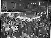 23/10/1958<br /> 10/23/1958<br /> 23 October 1958<br /> M. and P. Hanlon Ltd. shellfish display stall on Moore Street, Dublin. View of stalls and crowds on Moore Street. Note woman with chair on Hanlon's shop sign.