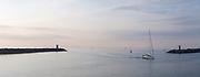 Panorama van de toegang tot de haven van Scheveningen tijdens de zonsondergang.  |  Panorama of the entrance to the harbor of Scheveningen during the sunset
