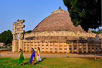 Inde, état du Madhya Pradesh, Sanchi, monuments bouddhiques classés Patrimoine mondial de l'UNESCO, le grand stupa, porte Ouest // India, Madhya Pradesh state, Sanchi, Buddhist monuments listed as World Heritage by UNESCO, the main stupa a 2200 year old Buddhist monument built by Emperor Ashoka, Unesco World Heritage, West door