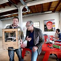 Nederland, Amsterdam , 28 maart 2014.<br /> Freedom Lab, een innovatieve werkplek annex denkgelegenheid in Amsterdam Oost, die binnenkort opent.<br /> Op de foto Denker des Vaderlands René Gude samen met initiator Arjen Postma bekijken een 3D printer.<br /> Foto:Jean-Pierre Jans