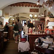 Negozio d'articoli da regalo a Porto Azzurro, antico borgo dell'Isola d'Elba..A gift store in Porto Azzurro, an ancient village on Elba Island