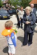 Koningin Beatrix bij vlootschouw jubileum KWVL, Loosdrecht. /// Queen Beatrix Jubilee naval review KWVL<br /> <br /> Op de foto / On the photo:  Koningin Beatrix komt aan bij Koninklijke Watersport-Vereeniging 'Loosdrecht' (KWVL)