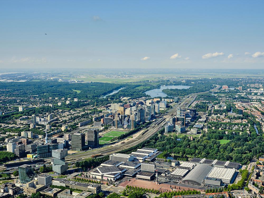 Nederland, Noord-Holland, Amsterdam, 02-09-2020; Amsterdam-Zuid, Zuid-as met ring A10. In de voorgrond RAI Amsterdam, congrescentrum enbeurscomplex. In de verte Schiphol. <br /> Amsterdam-Zuid, Zuidas with ring A10. In the foreground RAI Amsterdam, conference center and exhibition complex.<br /> <br /> luchtfoto (toeslag op standard tarieven);<br /> aerial photo (additional fee required);<br /> copyright foto/photo Siebe Swart