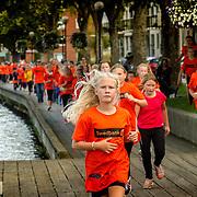 Trollhättan 20140820  <br /> Klassjoggen är en del av Alliansloppet<br /> barn löpning promenad motion gemenskap integration skolor<br /> <br /> <br /> <br /> ----<br /> FOTO : JOACHIM NYWALL KOD 0708840825_1<br /> COPYRIGHT JOACHIM NYWALL<br /> <br /> ***BETALBILD***<br /> Redovisas till <br /> NYWALL MEDIA AB<br /> Strandgatan 30<br /> 461 31 Trollhättan<br /> Prislista enl BLF , om inget annat avtalas.