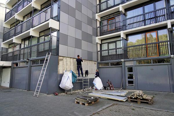 Nederland, Nijmegen, 26-9-2018Gevelplaten van verschillende flats, hoogbouw in Lankforst, onderdeel van de wijk Dukenburg worden verwijderd omdat het isolatiemateriaal erachter brandgevaarlijk is en niet de brandwerende eigenschappen heeft die opgegeven zijn. Het complex van Talis is 12 jaar geledenvan nieuwe gevelbeplating voorzien . De isolatieplaten zijn van piepschuim, tempex .Foto: Flip Franssen