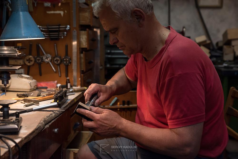 Портрет Блажевича Ю.Н. в авиамодельной мастерской, за работой. Так создаются самолеты.
