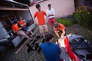 Teamleden repareren 's avonds de schade aan de fiets na de klapband eerder op de dag. Het Human Power Team Delft en Amsterdam (HPT), dat bestaat uit studenten van de TU Delft en de VU Amsterdam, is in Senftenberg voor een poging het laagland sprintrecord te verbreken op de Dekrabaan. In september wil het Human Power Team Delft en Amsterdam, dat bestaat uit studenten van de TU Delft en de VU Amsterdam, tijdens de World Human Powered Speed Challenge in Nevada een poging doen het wereldrecord snelfietsen voor vrouwen te verbreken met de VeloX 7, een gestroomlijnde ligfiets. Het record is met 121,44 km/h sinds 2009 in handen van de Francaise Barbara Buatois. De Canadees Todd Reichert is de snelste man met 144,17 km/h sinds 2016.<br /> <br /> The Human Power Team is in Senftenberg, Germany to race at the Dekra track as a preparation for the races in America. With the VeloX 7, a special recumbent bike, the Human Power Team Delft and Amsterdam, consisting of students of the TU Delft and the VU Amsterdam, also wants to set a new woman's world record cycling in September at the World Human Powered Speed Challenge in Nevada. The current speed record is 121,44 km/h, set in 2009 by Barbara Buatois. The fastest man is Todd Reichert with 144,17 km/h.