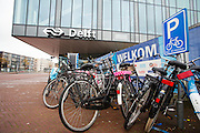 Voor het station van Delft staan fietsen op een plek waar ze maximaal dertig minuten mogen staan.<br /> <br /> In front of Delft Station bicycles are parked at a spot which allow to park for 30 minutes.