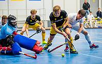AMSTERDAM -  Noud Schoenaker (Den Bosch) met keeper David Wolff (Kampong) en Sjoerd de Wert.   Zaalhockey hoofdklasse, Den Bosch H1-Kampong H1. COPYRIGHT KOEN SUYK