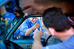 O candidato à reeleição pelo PDT em Porto Alegre, José Fortunati, cumprimenta eleitor na Chácara da Fumaça, no bairro Mário Quintana. Segundo a pesquisa IBOPE, José Fortunati lidera as pesquisas de intenção de voto 45%, tendo em segundo lugar Manuela D'Ávla do PC do B, com 28% e em terceiro Adão Vilaverde, do PT com 10%. FOTO: Jefferson Bernardes/Preview.com