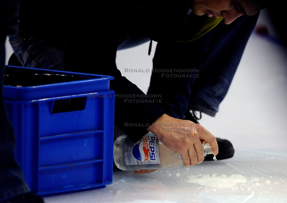 24-02-2008 SCHAATSEN: FINALE ISU WORLD CUP: HEERENVEEN<br /> IJs preparatie illustratief schaats item <br /> ©2008-WWW.FOTOHOOGENDOORN.NL