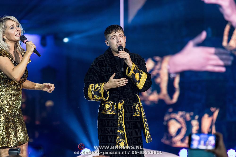 NLD/Amsterdam/20191115 - Chantals Pyjama Party in Ziggo Dome, Lil' Kleine in duet met Chantal Janzen