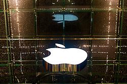 Na cidade que nunca dorme, está a loja que nunca pára. Apple Store, da quinta avenida, em Nova York é uma loja que funciona 24 horas por dia, 365 dias por ano e um lugar onde você pode fazer test-drive nos lançamentos dos produtos Apple. FOTO: Jefferson Bernardes/Preview.com