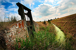 UK ENGLAND NORFOLK LAKESEND 7AUG06 - Sluice and drainage canal dividing agricultural land on the Norfolk and Cambridgeshire border...jre/Photo by Jiri Rezac..© Jiri Rezac 2006..Contact: +44 (0) 7050 110 417.Mobile:  +44 (0) 7801 337 683.Office:  +44 (0) 20 8968 9635..Email:   jiri@jirirezac.com.Web:    www.jirirezac.com..© All images Jiri Rezac 2006 - All rights reserved.