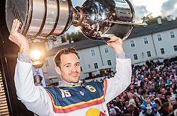 15.04.2016, Kapitelplatz, Salzburg, AUT, EBEL, Meisterfeier EC Red Bull Salzburg, im Bild Manuel Latusa (EC Red Bull Salzburg) // Manuel Latusa (EC Red Bull Salzburg) during the Erste Bank Icehockey Liga Championships Party of EC Red Bull Salzburg at the Kapitelplatz in Salzburg, Austria on 2016/04/15. EXPA Pictures © 2016, PhotoCredit: EXPA/ JFK