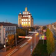 Библиотека ОГУ и проспект Победы вечером в Оренбурге