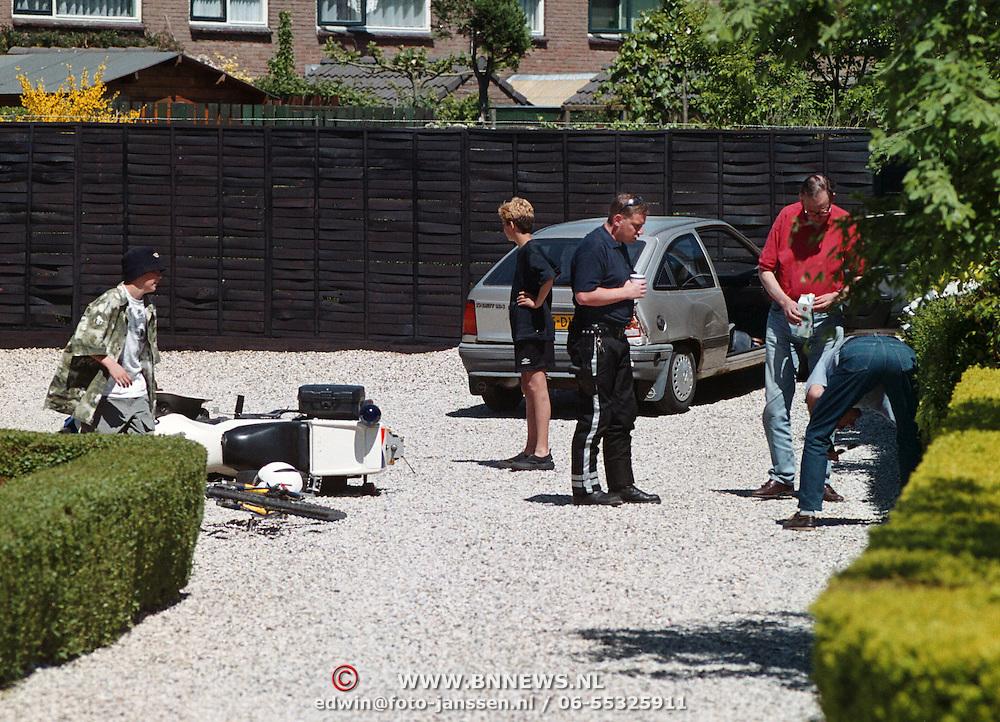 Aanhouding na achtervolging vanuit Almere in Huizen Piet Prinsstraat, politiemotorrijder aangereden, een waarschuwingsschot