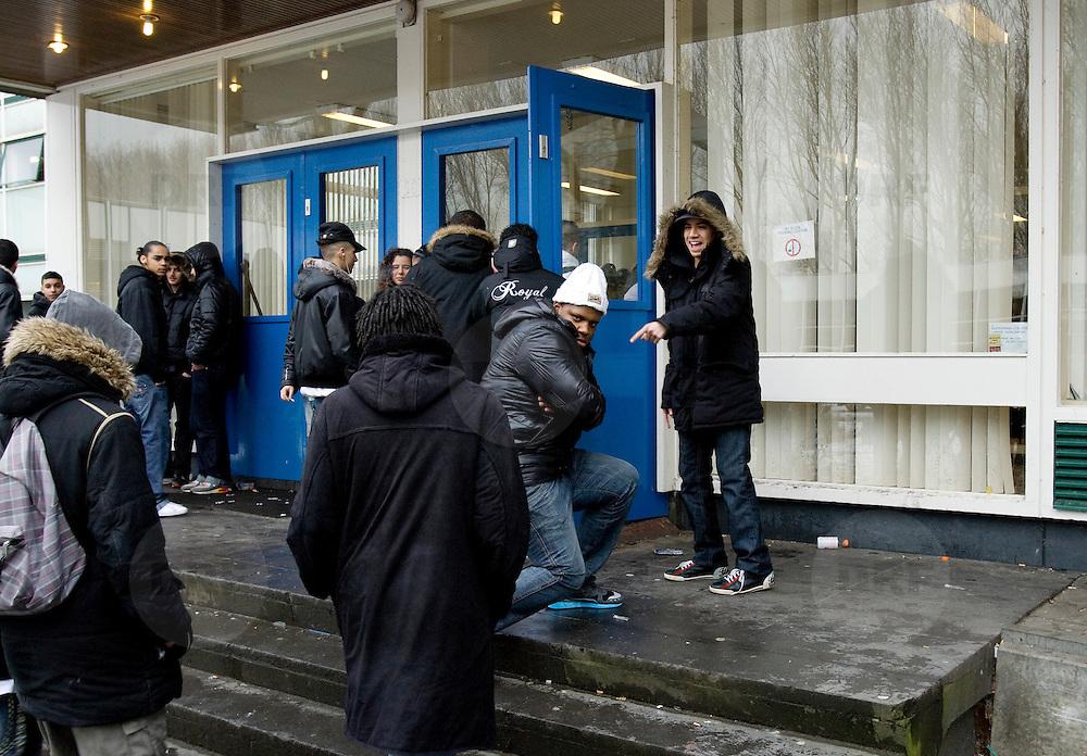 Nederland Rotterdam  4 februari 2009 20090204 Foto: David Rozing.Leerlingen VMB Noordrand college tijdens pauze buiten op plein voor school .Foto: David Rozing