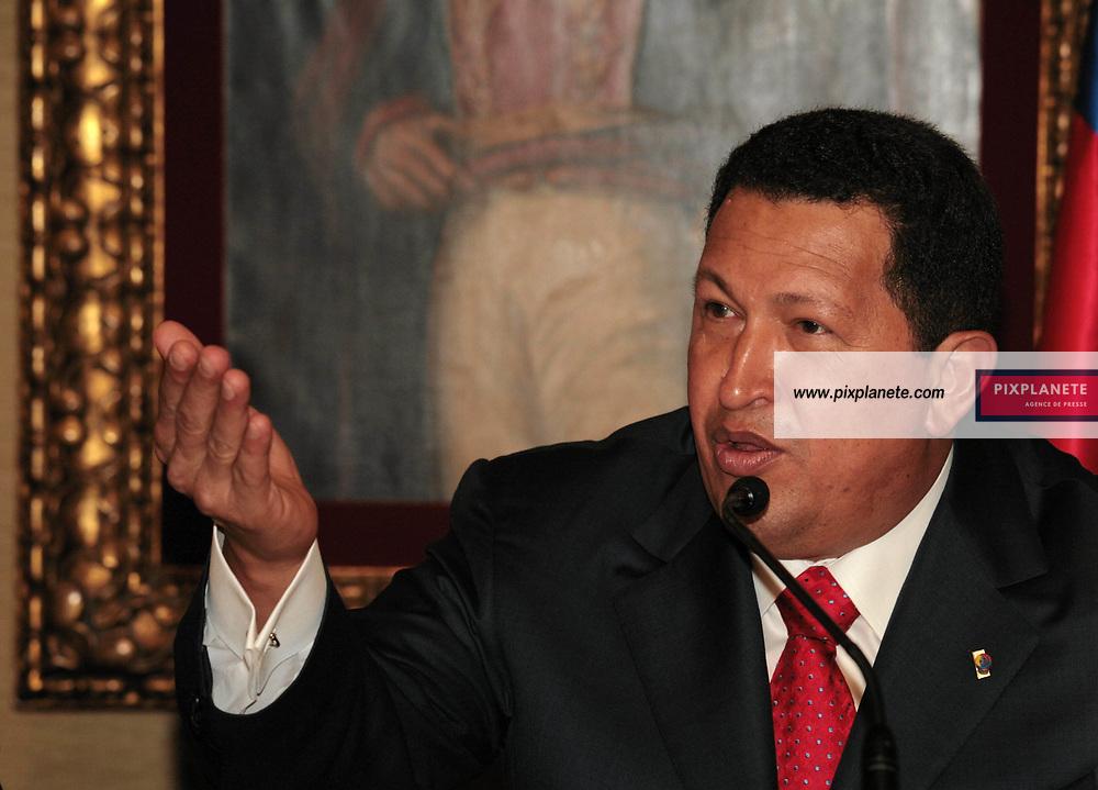 Le président du Vénézuéla Hugo Chavez a donné une conférence de presse en présence de la famille d' Ingrid Bétancourt dans le cadre de la médiation qu'il tente d'établir avec les Farcs - Paris, le 11-20-2007 The president of Venezuela have done a press conference in the frame of the mediation that he is actually doing with the Farc concerning the hostage in Colombia - Paris, 11-20-2007 K55679 / PixPlanete