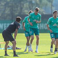 15.09.2020, Trainingsgelaende am wohninvest WESERSTADION - Platz 12, Bremen, GER, 1.FBL, Werder Bremen Training<br /> <br /> Aufwaermtraining<br /> Henrik Frach (Athletik-Trainer SV Werder Bremen )<br /> Oscar Schoenfelder / Schönfelder (Werder Bremen / Neuzugang 16)<br /> Nick Woltemade (werder Bremen #41)<br /> <br /> <br /> <br /> <br /> Foto © nordphoto / Kokenge