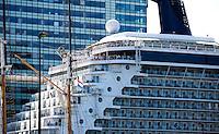 AMSTERDAM - Het  cruisschip Celebrity Silhouette aan het Oostelijke Handelskade. Op de achtergrond de ramen van het Mövenpick hotel.   ANP COPYRIGHT KOEN SUYK