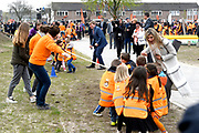Koning Willem-Alexander en koningin Maxima bij basisschool De Vijfmaster tijdens de jaarlijkse Koningsspelen. //// King Willem-Alexander and Queen Maxima at elementary school De Fivemaster during the annual Royal Games.<br /> <br /> Op de foto / On the photo:  Koning Willem-Alexander en koningin Maxima bij de sportactiviteiten //// King Willem-Alexander and Queen Maxima in sports activities