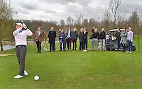 VLAARDINGEN - Persconferentie Ladies Open.  Marjet van der Graaff doet het voor op hole 16. .  COPYRIGHT KOEN SUYK