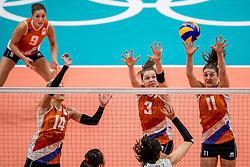 18-08-2016 BRA: Olympic Games day 13, Rio de Janeiro<br /> De Nederlandse volleybalsters hebben niet kunnen stunten met een plaats in de finale van het olympisch toernooi. China, dat in de groepsfase nog met 3-2 geklopt werd, won na een thriller van ruim twee uur: 3-1 (27-25, 23-25, 29-27, 25-23). / Laura Dijkema #14, Yvon Belien #3, Anne Buijs #11