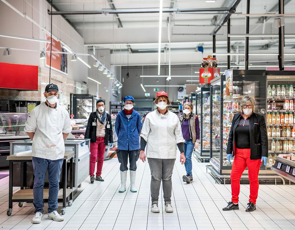 L'Intermarché de La Loupe, le 18 mars 2020<br /> La directrice du supermarché Mme Cabaret (à droite) pose avec ses employés qui portent des masques et des gants de protection.