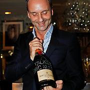 NLD/Huizen/20100930 - Presentatie Talkies magazine Woonidee, Erik kusters met Moet & Chandon champagnefles met Swarowski stenen versierd