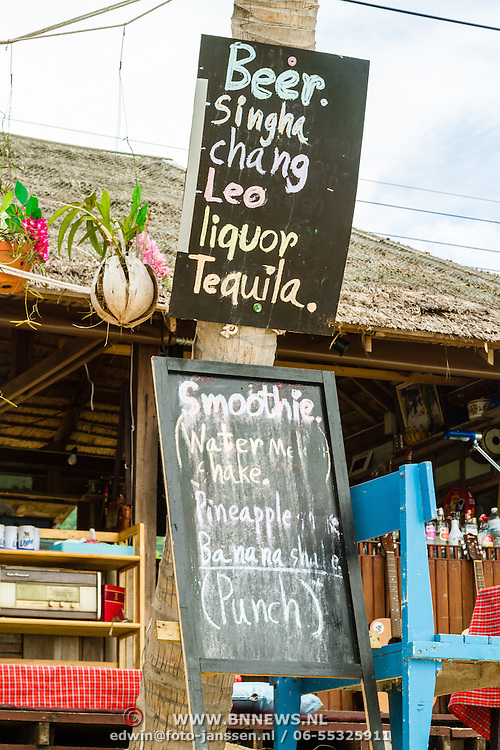 THA/Koh Samui/20160804 - Vakantie Thailand 2016 Koh Samui, Bang Po Beach, Houten bord met drankkeuze