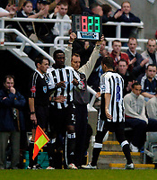 Photo. Jed Wee.<br />Newcastle United v Middlesbrough, Zurich Premiership, 27/04/2005.<br />Newcastle's Kieron Dyer (R) is mysteriously forced to leave the pitch before half time as he is replaced by Shola Ameobi.