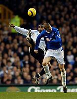 Fotball<br /> England 2004/2005<br /> Foto: SBI/Digitalsport<br /> NORWAY ONLY<br /> <br /> Everton v Bolton Wanderers<br /> Barclays Premiership, 04/12/2004.<br /> <br /> Bolton's Jay Jay Okocha (L) beats Everton's Duncan Ferguson to the ball.