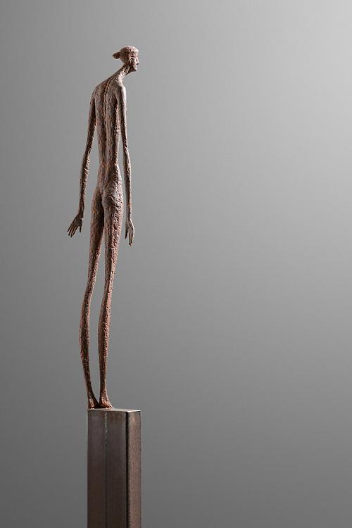 © Gerald Moroder sculptor, io sono, 2020, terra di mattone, 180cm