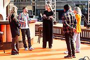 DEN HAAG, 27-04-2021, Paleis Noordeinde<br /> <br /> Vanaf het terrein van Paleis Noordeinde sluiten The Streamers Koningsdag feestelijk af. Op het binnenplein van het Koninklijk Staldepartement geven The Streamers het tweede concert van hun 'Holland Tour'. Foto: Brunopress/Patrick van Emst<br /> <br /> King Willem-Alexander, Queen Maxima with their daughters Princess Amalia, Princess Alexia and Princess Ariane during King's Day 2021<br /> <br /> Op de foto: Koningin Maxima met Rolf Sanchez, Suzan & Freek, Davina Michelle, Typhoon