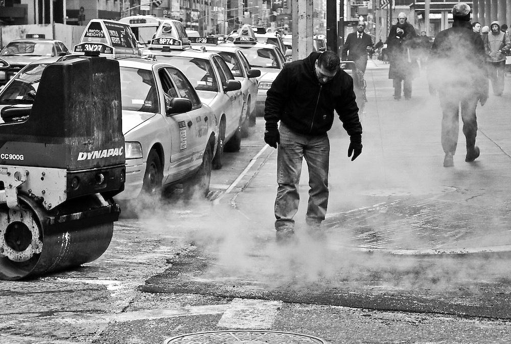 Trabajos de arreglo de pavimento en una calle de Nueva York./ Pavement works on a street in New York City.