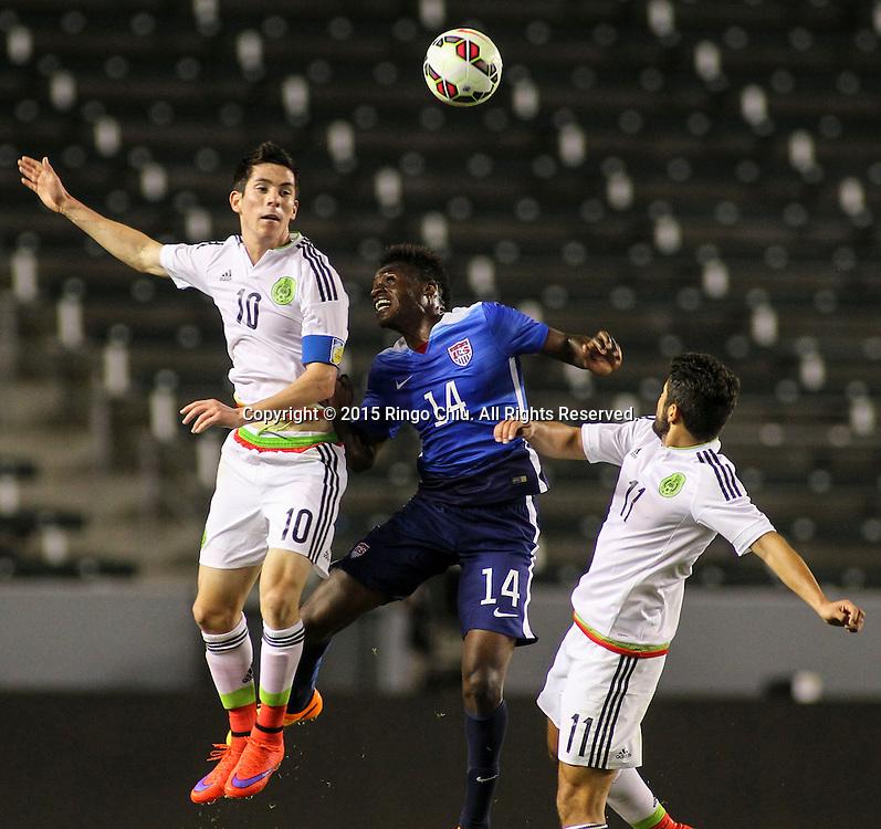 4月22日,美國隊球員Fatai Alashe (中)與墨西哥隊球員Marco Bueno(左)Daniel Hernández Trejo(右)在比賽中爭球。當天晚上,在美國洛杉磯家得寶中心球場舉行的國際足球友誼賽中,美國隊對陣墨西哥隊。美國隊以3-0戰勝墨西哥隊。(新華社發 趙漢榮攝)<br /> Mexico's forwards Marco Bueno #10, left, Daniel Hernández Trejo #11, right, and United States' midfielder Fatai Alashe #14, center, battle for a head ball during a men's national team international friendly match, April 22, 2015, at StubHub Center in Carson, California, United State. United States won 3-0. (Xinhua/Zhao Hanrong)(Photo by Ringo Chiu/PHOTOFORMULA.com)