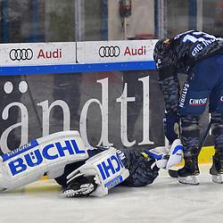 Torwart Timo Pielmeier (Nr.51 - ERC Ingolstadt) liegt verletzt am Boden, Mike Collins (Nr.13 - ERC Ingolstadt) ist bei ihm beim Spiel in der DEL, ERC Ingolstadt (dunkel) - Grizzlys Wolfsburg (hell).<br /> <br /> Foto © PIX-Sportfotos *** Foto ist honorarpflichtig! *** Auf Anfrage in hoeherer Qualitaet/Aufloesung. Belegexemplar erbeten. Veroeffentlichung ausschliesslich fuer journalistisch-publizistische Zwecke. For editorial use only.